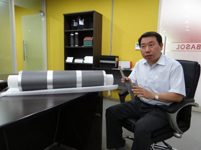 탑전지 노환진 사장이 리튬이온전지와 소재, 부품에 대해 설명하고 있다. - 이충환 제공